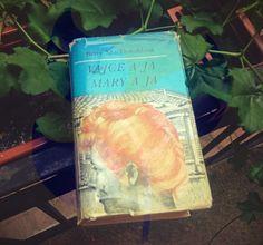 KNIHA,KTORÁ MÁ VIAC AKO 400 STRÁN #tipsforreading  Betty McDonaldová - Vajce a ja Čítala som o tom dobré recenzie ako letné čítanie pre ženy. Ide o veľmi vtipnú knihu. Hlavná hrdinka, hoci o tom nikdy ani nesnívala, sa dostáva vďaka manželovi na slepačiu farmu a učí sa tam žiť. Našťastie berie všetko s humorom. Veľmi som sa bavila. Kniha má vyše 630 strán.