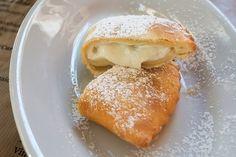 Le cassatelle di ricotta siciliane sono dei pasticcini golosi che si possono friggere o cuocere in forno. Ecco la ricetta per prepararle ed alcune varianti