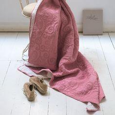 PiP Tagesdecke Feeling Star White aus reiner Baumwolle und weicher Füllung mit Polyester. Für eine ordentliche Umgebung im Schlafzimmer sorgt die besonders schöne, weich gefüllte Tagesdecke. Nebenbei schützt sie das Bett noch vor Staub und Verschmutzung. www.bettwaren-shop.de