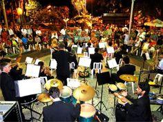 """Em 2011, Ubatuba fará a festa de carnaval do dia 5 ao dia 8, no Coreto da Praça Exaltação à Santa Cruz, Centro da cidade. O início das atividades está marcado para acontecer às 21h, e o encerramento, nos 4 dias. A Banda Lira Padre Anchieta será homenageada pelos 50 anos de existência, e os...<br /><a class=""""more-link"""" href=""""https://catracalivre.com.br/geral/agenda/barato/marchinhas-com-a-banda-lira-em-ubatuba/"""">Continue lendo »</a>"""