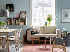 A cosy area in a small open-plan living room / dining area featuring the NORSBORG sofa in Edum beige and VEDBO armchair in Gunnared brown-pink beside a YPPERLIG coffee table in dark grey against a backdrop of blue. Living Room, Furniture Combinations, Living Room Furniture, Ikea Living Room, Living Room Furniture Inspiration, Trendy Living Rooms, Open Plan Living Room, Furniture Inspiration, Open Plan Living