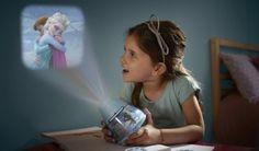 Deze projector met nachtlampje van Philips Disney Frozen zal uw kind versteld doen staan met magische verhalen. Draai aan een van de filmsporen om kleurrijke en grappige filmscènes op het plafond te projecteren of doe het geruststellende nachtlampje eronder aan.
