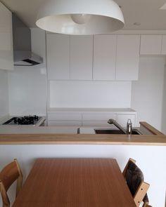 シンプルなキッチン収納の家は新築マンションのキッチンにジャストフィットの背面収納を設けました . スペースが限られているからこそ収納する物をきちんと決めました見た目以上に収納力のある収納です . とてもシンプルなキッチンですが収納する物のサイズと入れる場所も明確にして寸法を決めています 建築主が計画中にキッチンに収納していたものを実際に並べてサイズを確認しました そのスペースに収納する物の優先順位片付け方を考えた収納です