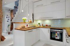 cuisine blanche et bois petit espace par Totems Architecture