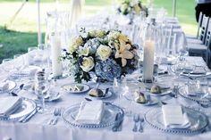 tischdeko für hochzeit blau akzente blumengesteck kerzen glas teller