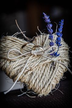 Love this rustic ring pillow. Diy Wedding, Rustic Wedding, Dream Wedding, Wedding Day, Wedding Rings, Ring Pillows, Ring Pillow Wedding, Ring Verlobung, Twine