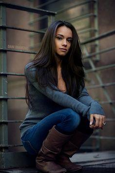 Senior picture girl pose