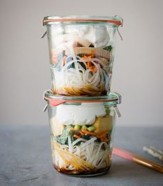 Healthy Recipes Thai Curry Noodle Soup To-Go - Few things become more mundane that what you eat for lunch every day in the office. Spice up your routine with these work lunch ideas (that aren't salad). Mason Jar Meals, Meals In A Jar, Healthy Meal Prep, Healthy Recipes, Healthy Food, Fast Recipes, Dinner Healthy, Easy Lunches For Work, Healthy Work Lunches