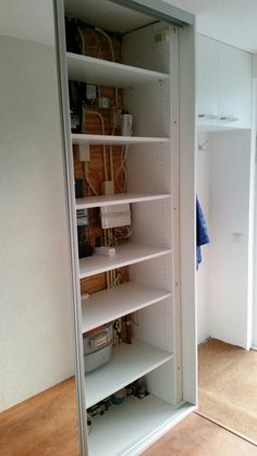 De meterkast weggewerkt in een mooie praktische gangkast met spiegelschuifdeur en garderobe.