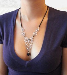 Collier Zefirum, féérique elfique fait main. Matière: fil d'aluminium et perles                                                                                                                                                      Plus