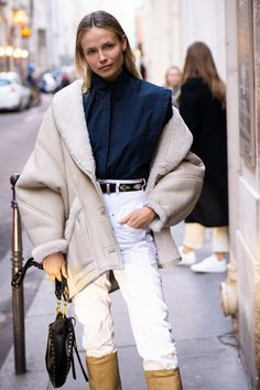 A little stray from the ordinary, crisp, white denim has been spotted on some of the most stylish fashion people this season. Fashion Week, Winter Fashion, Fashion Outfits, Spring Fashion, Vogue Paris, Essentiels Mode, Printemps Street Style, How To Wear White Jeans, Street Looks