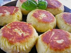 Potato cakes filled with feta cheese - essen & co - Patatas Rice Recipes For Dinner, Veggie Recipes, Chicken Recipes, Drink Recipes, Poulet Weight Watchers, Tapas, Spanish Rice, Spanish Food, Potato Cakes