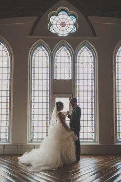 Take advantage of floor-to-ceiling windows at your wedding venue for dreamy photos like this <3 So stunning. {@hennygraphy}
