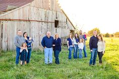 What to wear. What to wear. Extended Family Photography, Extended Family Photos, Family Photos What To Wear, Large Family Poses, Summer Family Photos, Family Picture Poses, Fall Family, Family Posing, Family Portraits