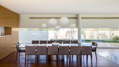 baies vitrées, table rectangulaire en bois massif et chaises assorties