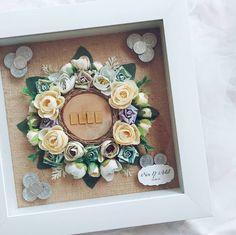 🌿 --------------------------- on pict Mahar floral wood round frame polos Koleksi portofolio mahar bisa dicek di… Flower Boxes, Flower Frame, Wedding Frames, Diy Wedding, Money Frame, Wedding Invitation Keepsake, Wedding Hamper, Pop Up Frame, Rustic Frames