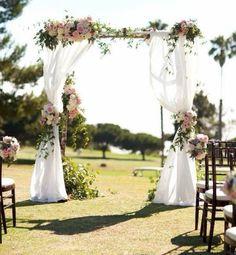 mariage champêtre romantique, arche mariage faite de troncs de bouleaux