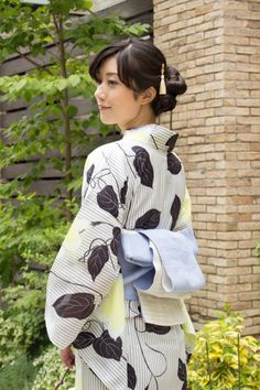 Yukata i want to put one of these on one day.on the bucket list! Japanese Yukata, Japanese Outfits, Japanese Fashion, Beautiful Japanese Girl, Japanese Beauty, Traditional Outfits, Traditional Japanese, Modern Kimono, Yukata Kimono