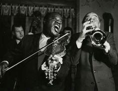 Louis Armstrong i Norge 1959 Armstrong og Maurstad har byttet instrumenter Det hele ser ut til å ende i de reneste ablegøyer. Foto: Tore Fredenlund