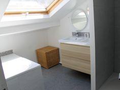 Aménager une salle de bains sous les toits : meuble et une vasque, baignés de lumière