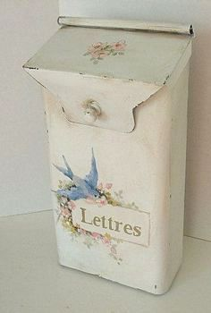White shabby chic Mailbox handpainted with blue bird. Style Shabby Chic, Shabby Chic Kitchen, Shabby Chic Cottage, Vintage Shabby Chic, Shabby Chic Homes, Shabby Chic Decor, Cottage Style, Vintage Metal, French Vintage
