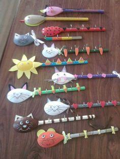 1 cuillère en bois + du fil chenille, du papier, du crépon, des bouts de laine = des personnages ou animaux marionettes rigolos