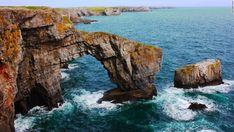 Puente Verde de Gales, Reino Unido  Uno de los lugares más famosos en Gales, el Puente Verde de Gales y la costa rocosa de Pembrokeshire, forman parte de un parque nacional. Cerca de ahí podrás ver los pilares Stack Rocks, conocidos como Elegug Stacks en Gales. Con el tiempo, se espera que el océano erosione el Puente Verde, y su centro colapsará, convirtiéndolo en una pila de rocas.
