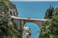 Amalfiküste, Italien  Die Küstenstraße Amalfitana liegt in der süditalienischen Region Kampanien und führt über 50 Kilometer von Meta nach Vietri sul Mare.