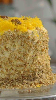 Receita com instruções em vídeo: Que tal aprender a fazer a famosa e deliciosa Torta Marta Rocha?  Ingredientes: 1 xícara de leite, 6 claras de ovos, 150g de manteiga, 1 ¾ de xícara de açúcar, 200g de nozes, 2 ¼ xícaras de farinha de trigo, 4 colheres de chá de fermento químico, 1 lata (395g) de leite condensado, 100g de nozes picadas, 200g de creme de leite, 700g de creme de leite fresco, 5 colheres de açúcar, 1 colher de chá de essência de baunilha, 1 xícara de ameixa em calda, 2 xícaras…