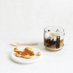 Café latte et Mickey mouse mini pancakes. Coffee latte and Mickey mouse pancakes