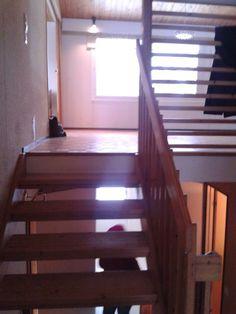 eteisestä portaikkoa kuvattu olohuoneen suuntaan