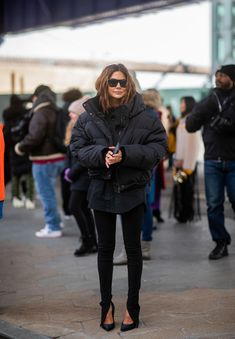 winter outfits new york NEW YORK, NEW YORK - FEBRUARY Christine Centenera is seen wearing black puffer jacket outside Tory Burch during New York Fashion Week Autumn Winter 2019 on February 2019 in New York City. (Photo by Christian Vierig/Getty Images) New York Fashion, Fashion Week, Winter Fashion Street Style, New York Winter Fashion, Fashion Hair, Fashion Games, Daily Fashion, Street Fashion, Fashion Beauty