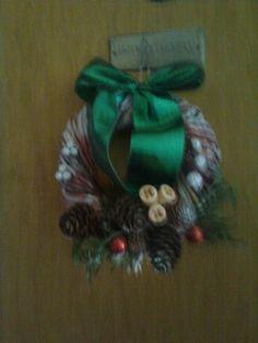 Venček na dvere Christmas Wreaths, Holiday Decor, Home Decor, Christmas Swags, Homemade Home Decor, Holiday Burlap Wreath, Interior Design, Home Interiors, Decoration Home