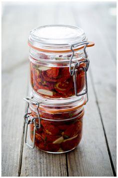 Kuivatatud tomatid koos viilutatud küüslauguküünte ja tüümianiokstega purki pista ning oliiviõlisse uputada. http://www.tassike.ee/2011/08/puhendatud-tomatitele/#more-2429