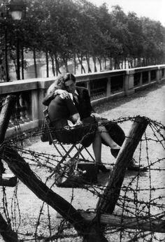 Love and barbed wire (lovers in the jardin des tuileries during the Occupation), Paris, France Photo by Robert Doisneau Couple Kiss Photo, Romantic Couple Kissing, Romantic Couples, Robert Doisneau, Vintage Photographs, Vintage Photos, Jardin Des Tuileries, Henri Cartier Bresson, Foto Real