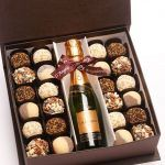 Champagne (or black label) in middles, chocolates on one side, Calvin's folded on the other side w/ cigar Chocolates, Cookies Box, Diy Cadeau Noel, Cake Packaging, Chocolate Gifts, Chocolate Art, Chocolate Covered Strawberries, Homemade Gifts, Gift Baskets