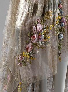 Платья для официального представления при дворе, дом моды сестёр Бу, первое - 1928 г., второе - 1932-34. Из коллекции музея Метрополитан, Нью-Йорк. Если отстегнуть положенный по этикету шлейф, получались просто вечерние платья. А необычный для 20-ых силуэт - отличительный признак так называемых… Ribbon Flower Tutorial, Ribbon Embroidery Tutorial, Silk Ribbon Embroidery, Beaded Embroidery, Embroidery Designs, Bow Tutorial, Fabric Roses, Satin Flowers, Ribbon Work