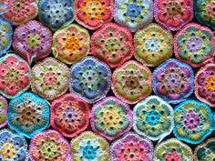 African flowers - crochet pattern tutorial found here: http://www.kaspaikka.fi/virkkaus/virkattu_afrikkalainen_kukka.html