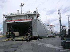 Mercaderies al port....l'activitat portuaria... : Carregant material (ciment, fusta....) destinats a altres països on sí hi ha construcció... | pereguinovartfig