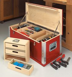 "High-Tech-Toolchest aus 1/4"" Birch Plywood ca. 7 oder 9mm Multiplex finnische Birke 4 Kantenprofile, 2 Klappgriffe federnd, 2 Veschlüsse, 1 Scharnierband, 2 Deckelhalter http://www.shopnotes.com/files/issues/095/high-tech-tool-chest.pdf"