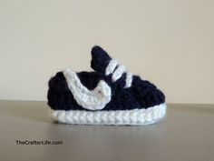 Free crochet pattern for little tiny baby booties! Fit most newborn