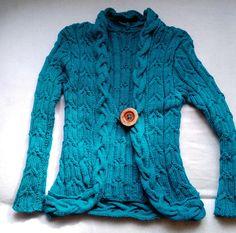Pletený+kabátek+Julie+Elegantní+kabátek+z+petrolejové+příze+obzvláštní+každý+šatník,+doplní+jednoduchou+halenku+či+tričko.+Svetřík+se+šálovým+límcem+je+zdoben+copánkovými+vzory,+zapínání+na+jeden+dřevěný+maxi+knoflík.+Mírně+projmutý+a+tak+nádherně+zvýrazní+ženskou+postavu.+Zdobí+a+hřeje.+Velikost+42-44+Rozměry+-délka+svetříku+-+62+cm+Materiál+-+100...
