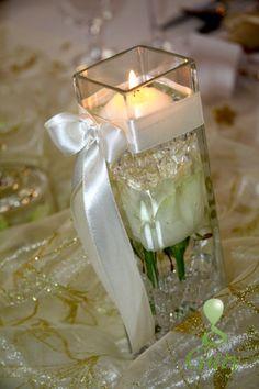 Plávajúca sviečka s ružou a diamantíkmi vo váze so saténovou stuhou.
