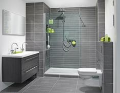 Badkamer is mooi vanwege eenvoud, mooie/rustige kleuren grijs en wit. Mooi detail is het verschil in formaat tegels van de douche en de wanden/vloer. Moeten wel handige tegels zijn in kader van schoonmaken/kalk/et cetera. Ontkalker op waterleiding?