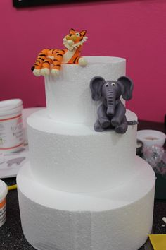 How to safari animals. One of the best tutorials I have seen for fondant animals.