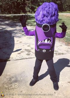 Create this awesome evil purple minion costume for your best Halloween costume ever. Use the tutorial here for a memorable DIY costume this year! Purple Minion Halloween Costume, Minion Halloween Costumes, Fete Halloween, Halloween Costume Contest, Creative Halloween Costumes, Purple Minions, Homemade Costumes, Halloween Ideas