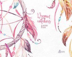 Este conjunto de 9 alta calidad mano dibujado Dreamcatchers en alta resolución. Gráfica perfecta para invitaciones de boda, tarjetas de felicitación, Marcos, posters, cotizaciones y más.  -----------------------------------------------------------------  DESCARGA INMEDIATA Una vez que se despeja el pago, puede descargar los archivos directamente desde tu cuenta de Etsy.  -----------------------------------------------------------------  6 x Dreamcatcher en PNG (con fondo transparente)…
