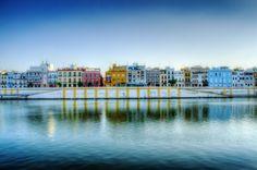 Barrio de Triana, en Sevilla, España, con el río Guadalquivir en primer plano.