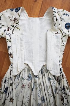 Rococo Atelier: Williamsburg print gown (aka yet another floral print robe à l'Anglaise/Fig Leaf Patterns 18th Century Dress, 18th Century Costume, 18th Century Clothing, 18th Century Fashion, Vintage Outfits, Vintage Dresses, Vintage Fashion, Classy Fashion, Punk Fashion