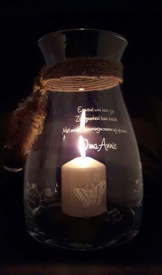 Gepersonaliseerd gedenkwindlicht ter nagedachtenis aan een dierbare overledene voorzien van tekeningen van (klein)kinderen. www.belles-gravures.nl
